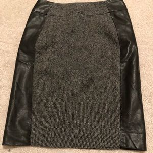Skirt with sided leather material